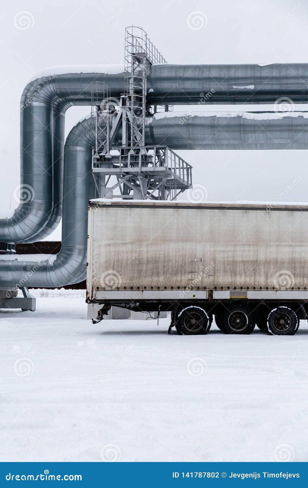 Gasoduto enorme colocado ao longo da rua nevado em Riga, Letónia