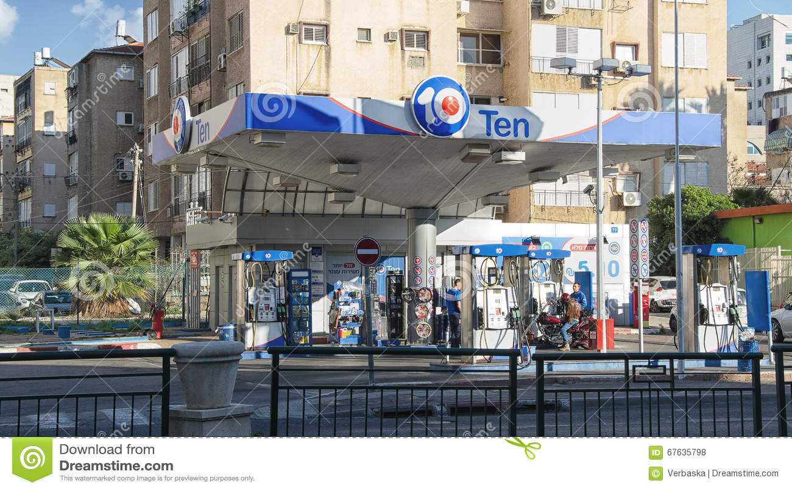 Gasolinera diez en el centro de ciudad