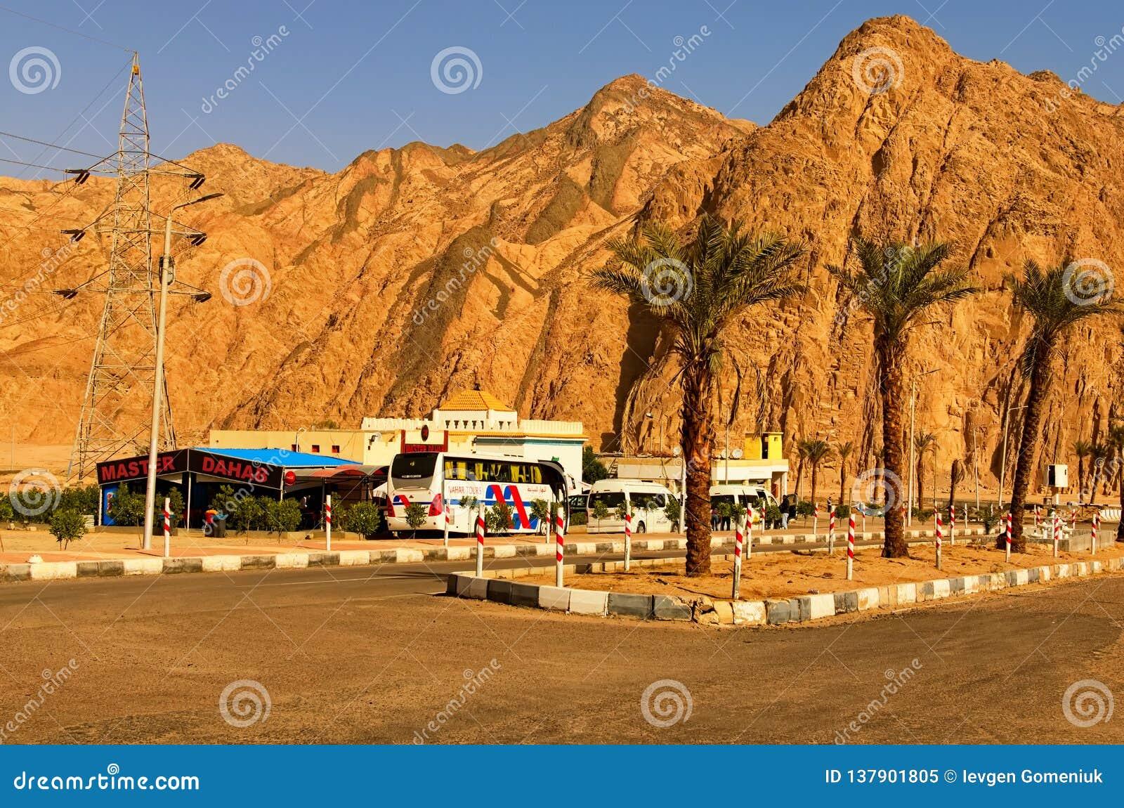 Gasolinera egipcia típica en el camino del Sharm el Sheikh a Dahab Lugar de descanso preferido para los turistas de los autobuses