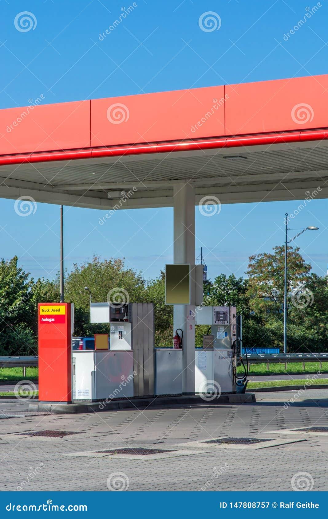 Gasolinera privada anónima vista de un camino público