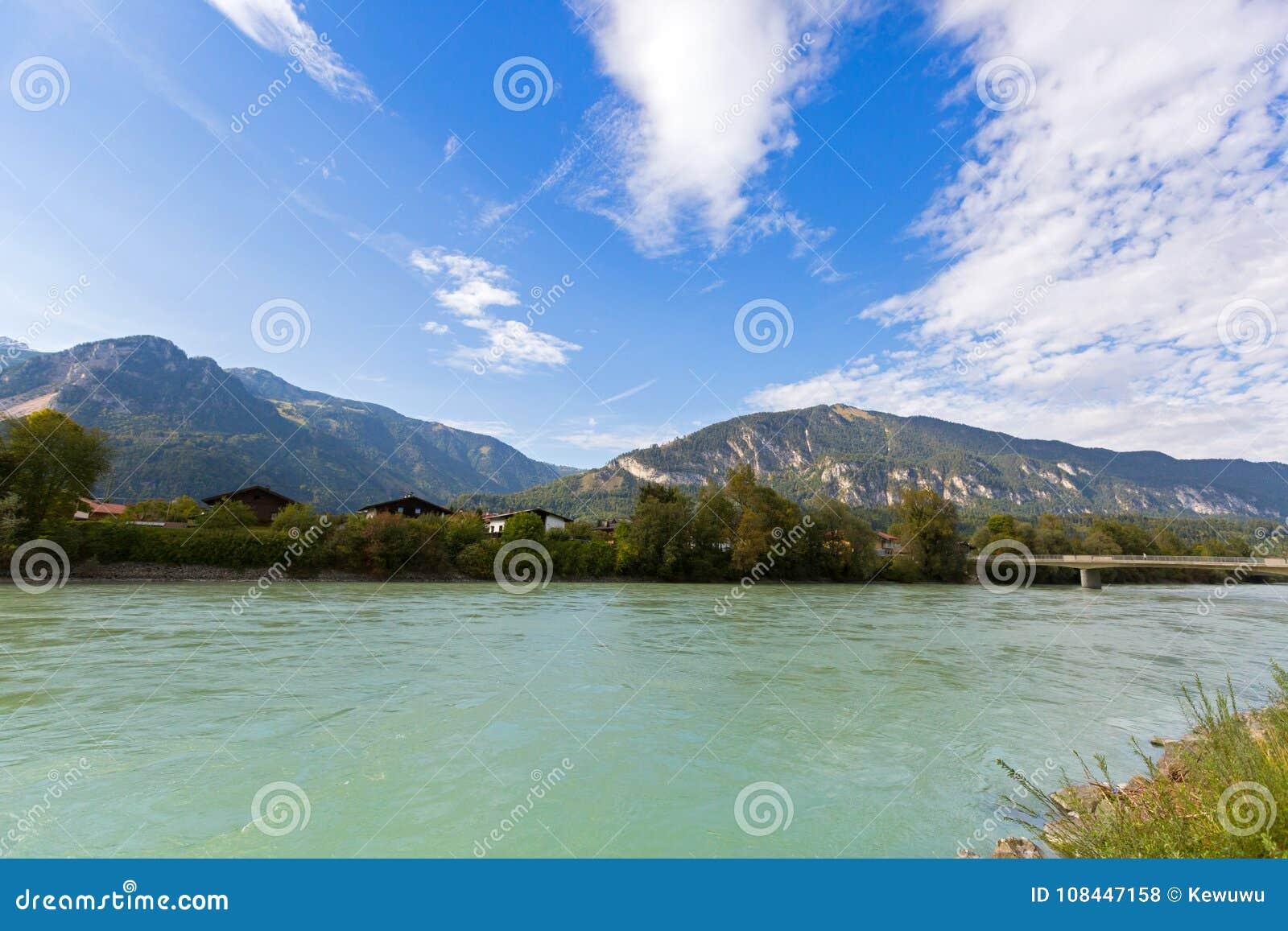 Gasthausfluß mit großem Berg, blauer Himmel im Hintergrund, in Rattenbe