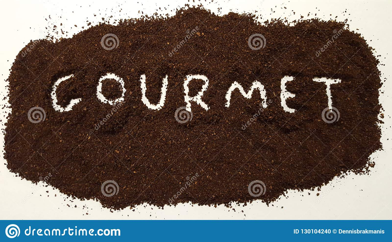 Gastronomisch uit Gespeld in Grondkoffie op Witte Achtergrond Gastronomische koffie