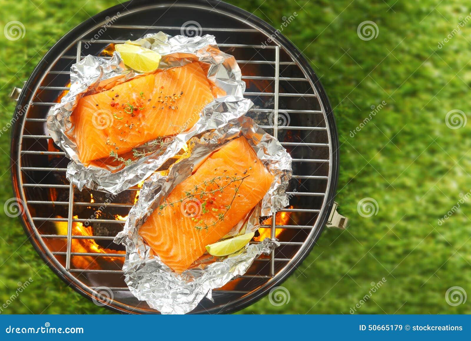 Gastronomische zalmlapjes vlees die op een barbecue roosteren