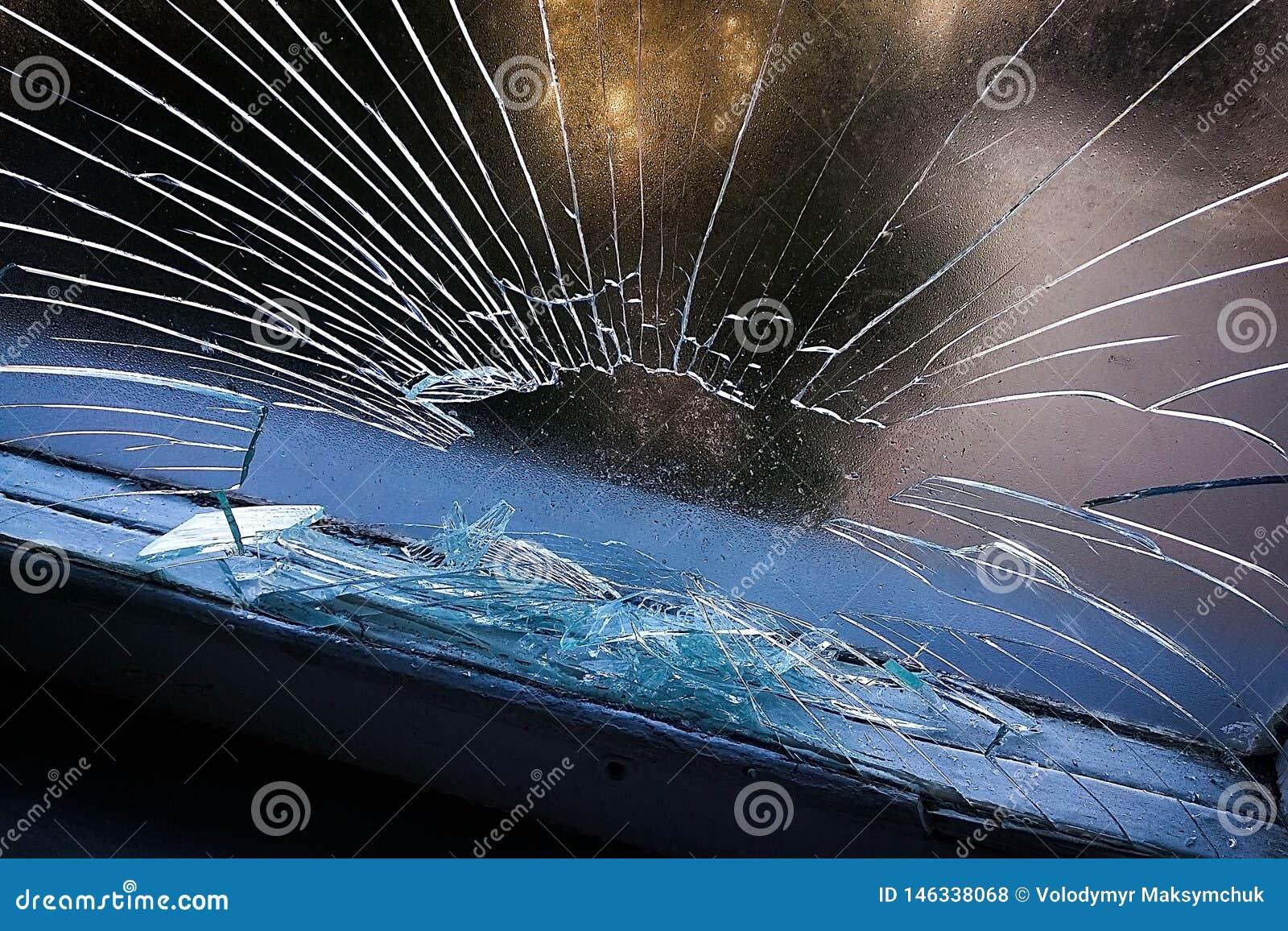 Gat in het glazen venster door een kogel die tijdens oorlog het schieten wordt geschoten Barsten die rond het gat uitspreiden Gro