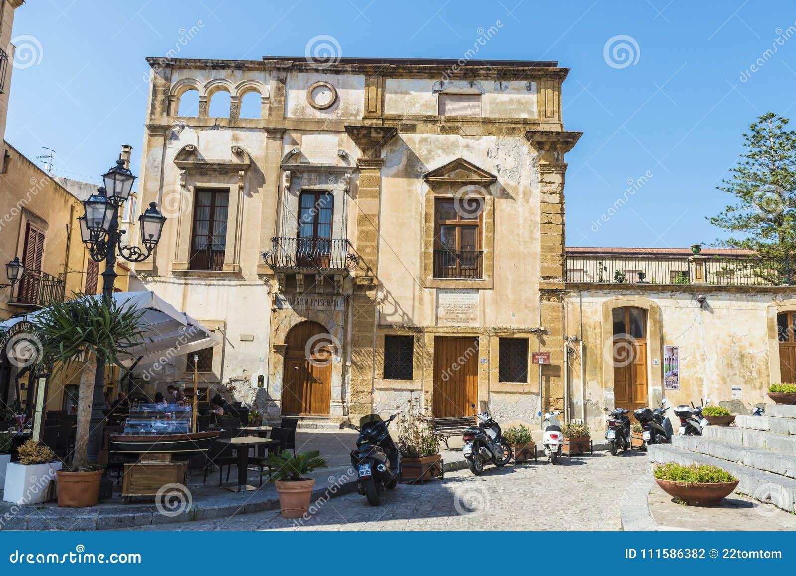 Gata av den gamla staden av Cefalu i Sicilien, Italien