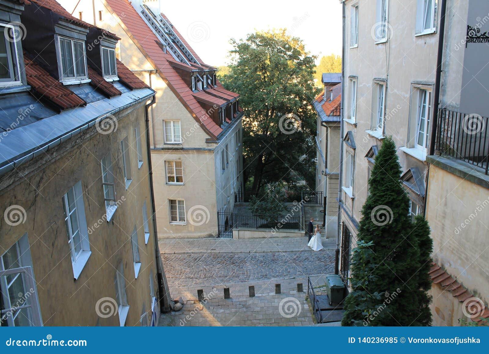 Gata i den historiska mitten av Warszawa Polen