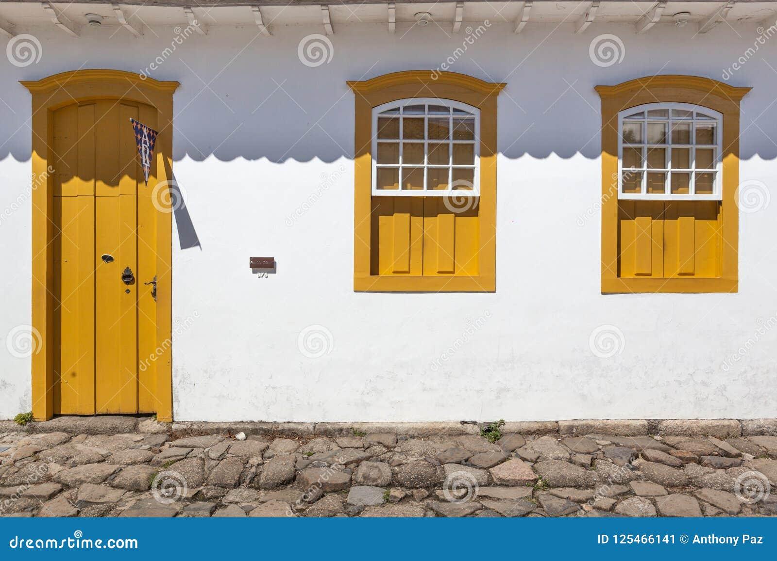 Gata och gamla portugisiska koloniinvånarehus i historiskt centrum I