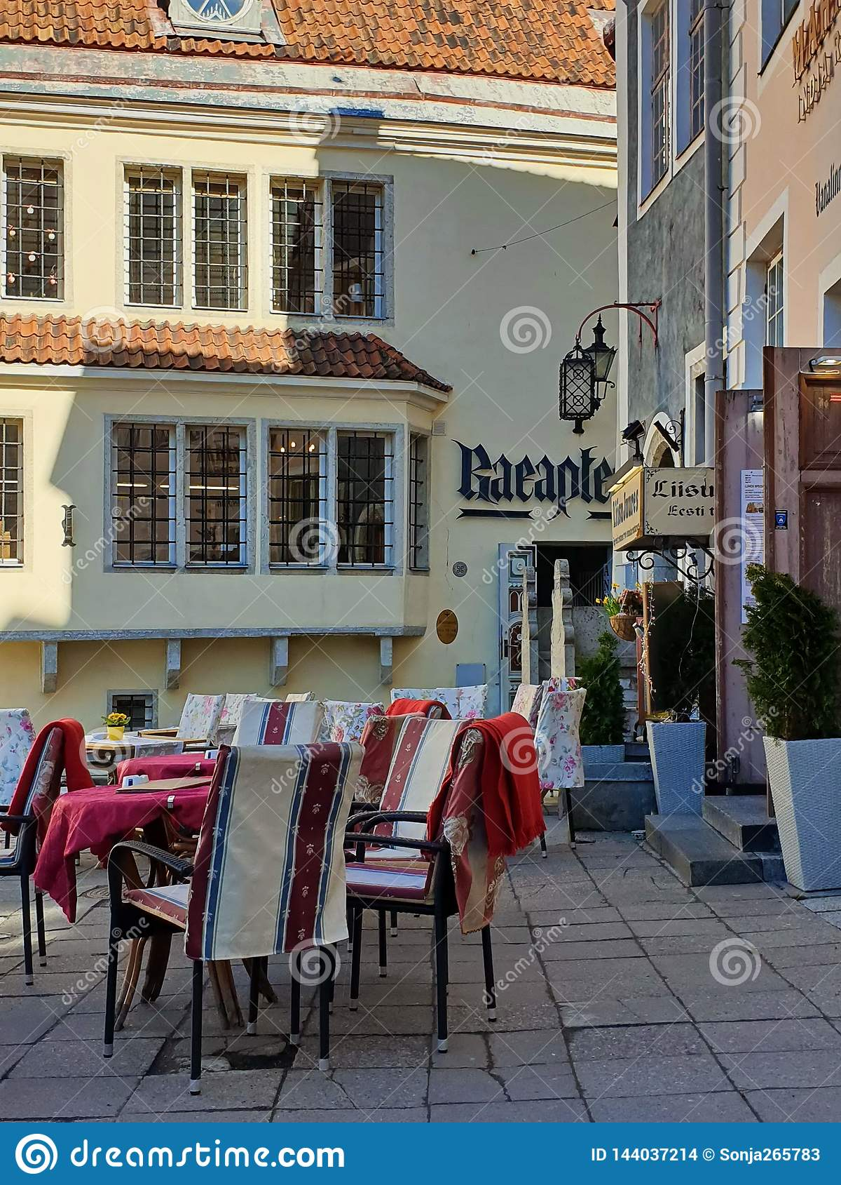 Gata Restoran i stadssommaraftonen i gammal stad av loppet för fyrkant för stad för Tallinn Estland 2019 marsch till baltisk stat