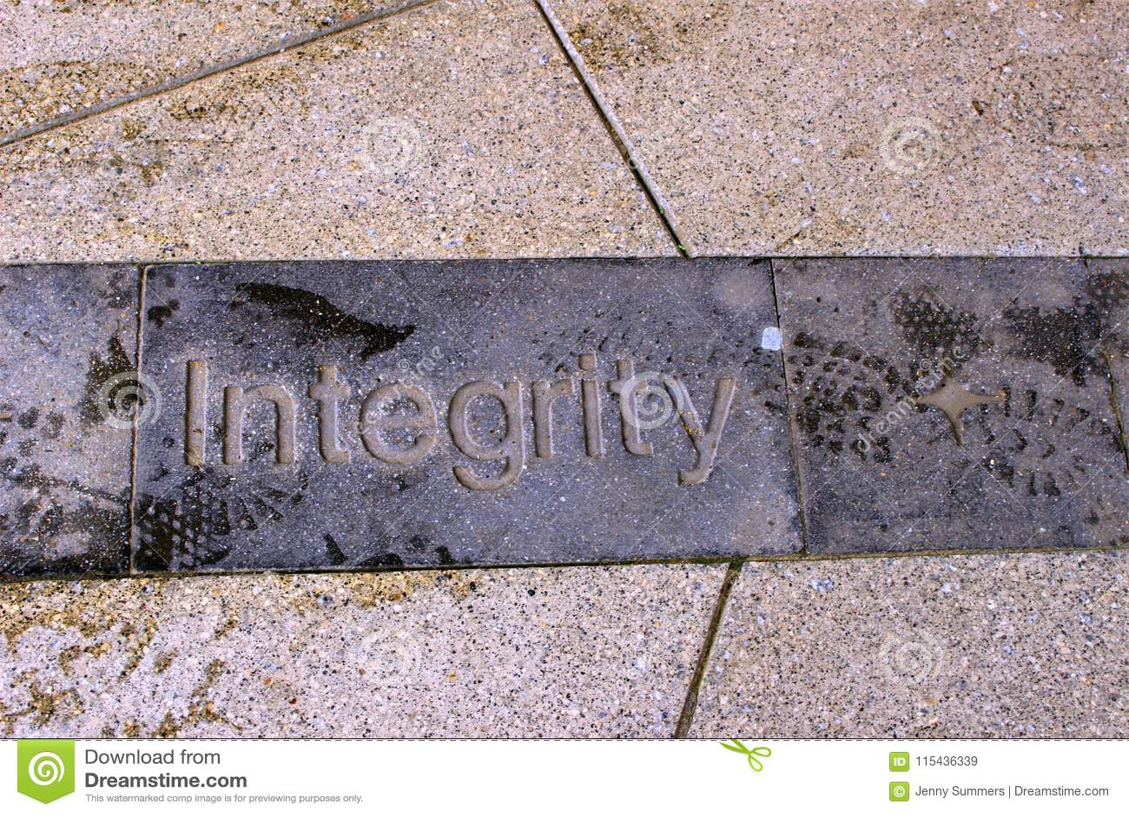 Gatafotoet av ordfullständighet sned in i trottoar