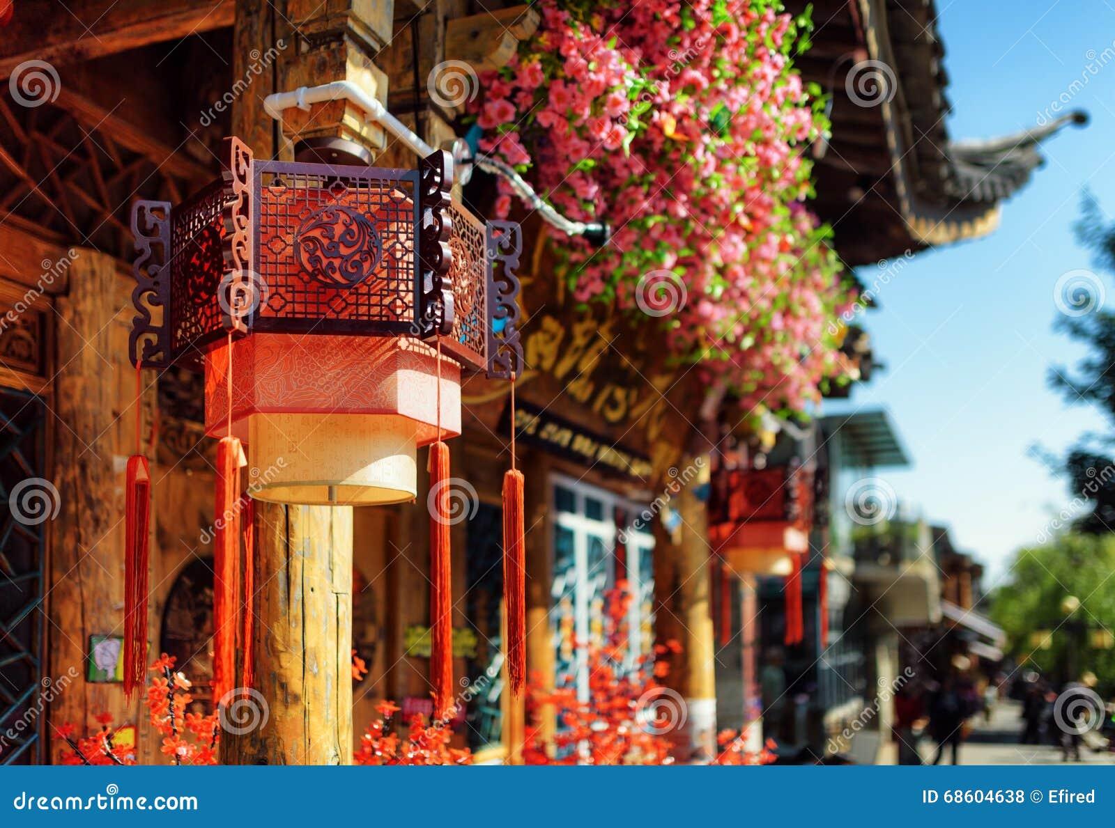 Gatalyktor för traditionell kines och tak, Lijiang, Kina