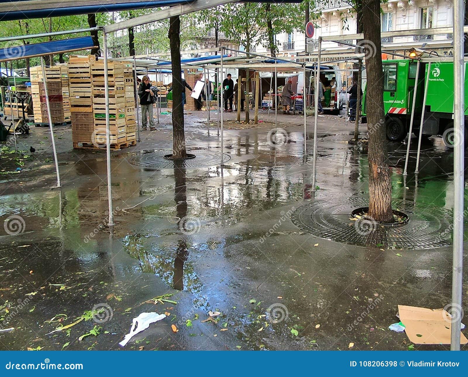 Gatamarknad på boulevarden Clichy i Paris