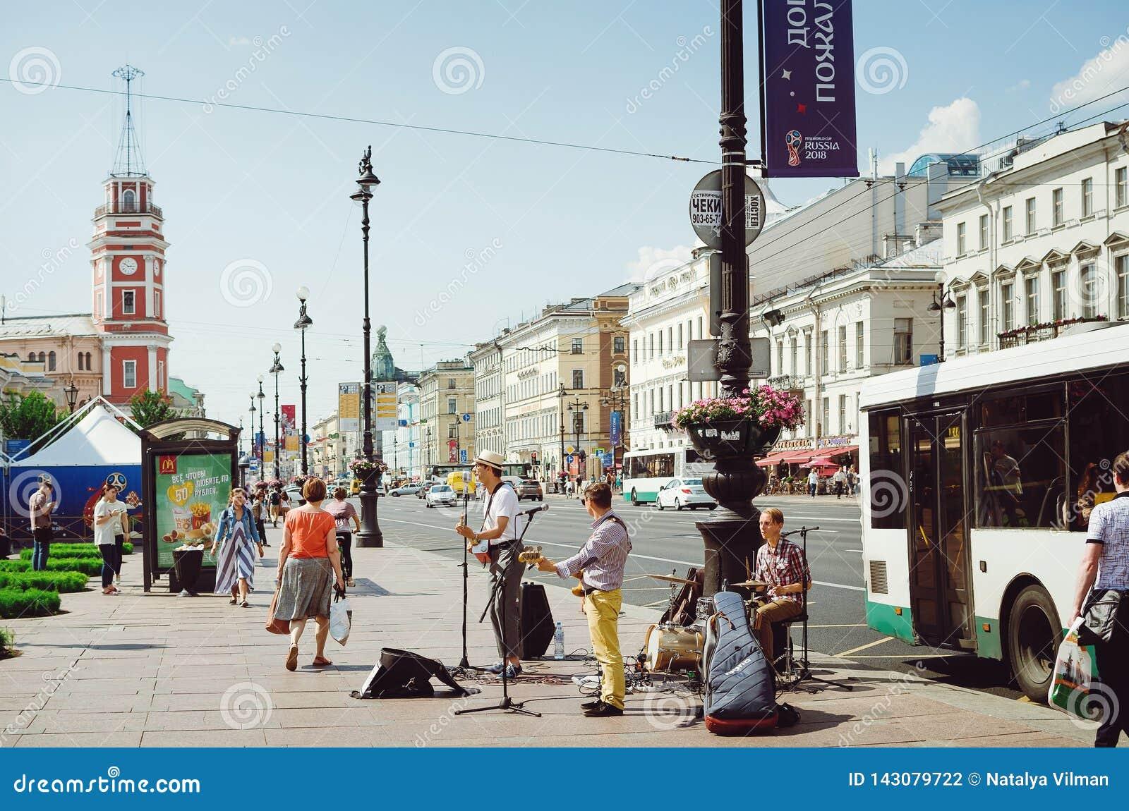 Gatamusiker ger en presentation på Nevsky Prospekt i St Petersburg