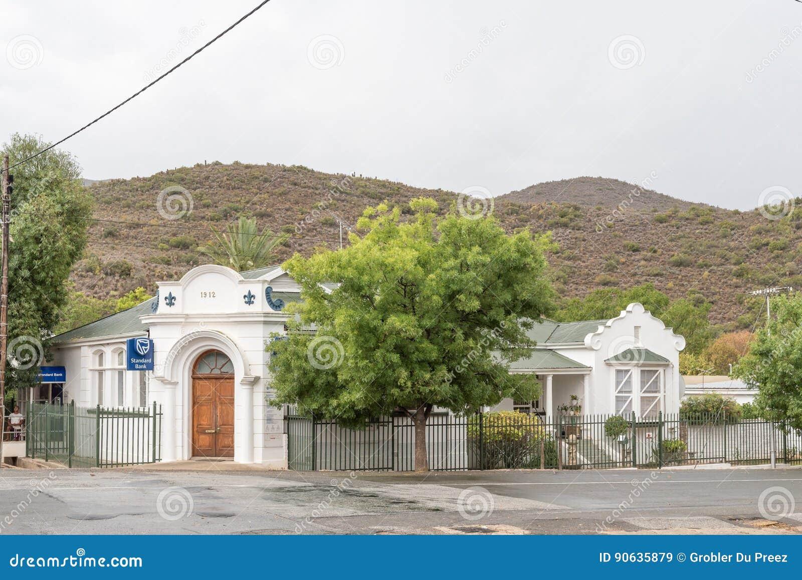 Gataplats med bankbyggnad i De Rosta