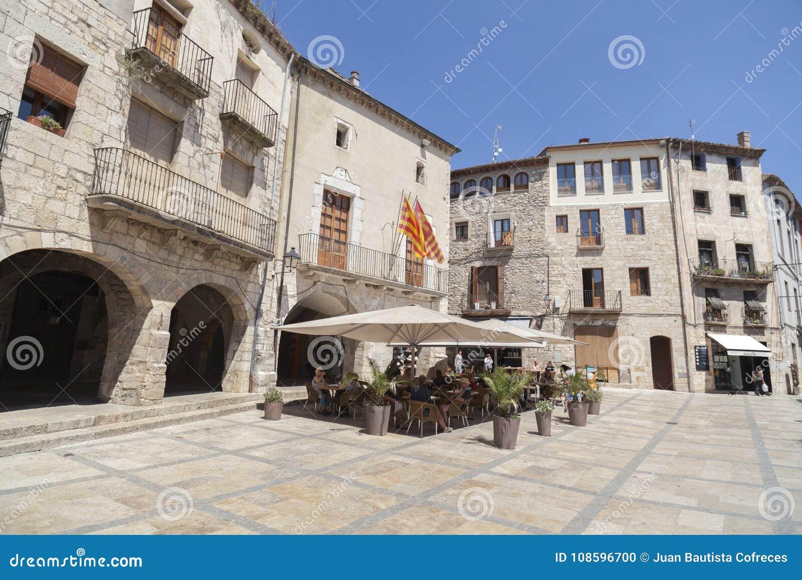 Gatasikt av den medeltida byn av Besalu, Catalonia, Spanien