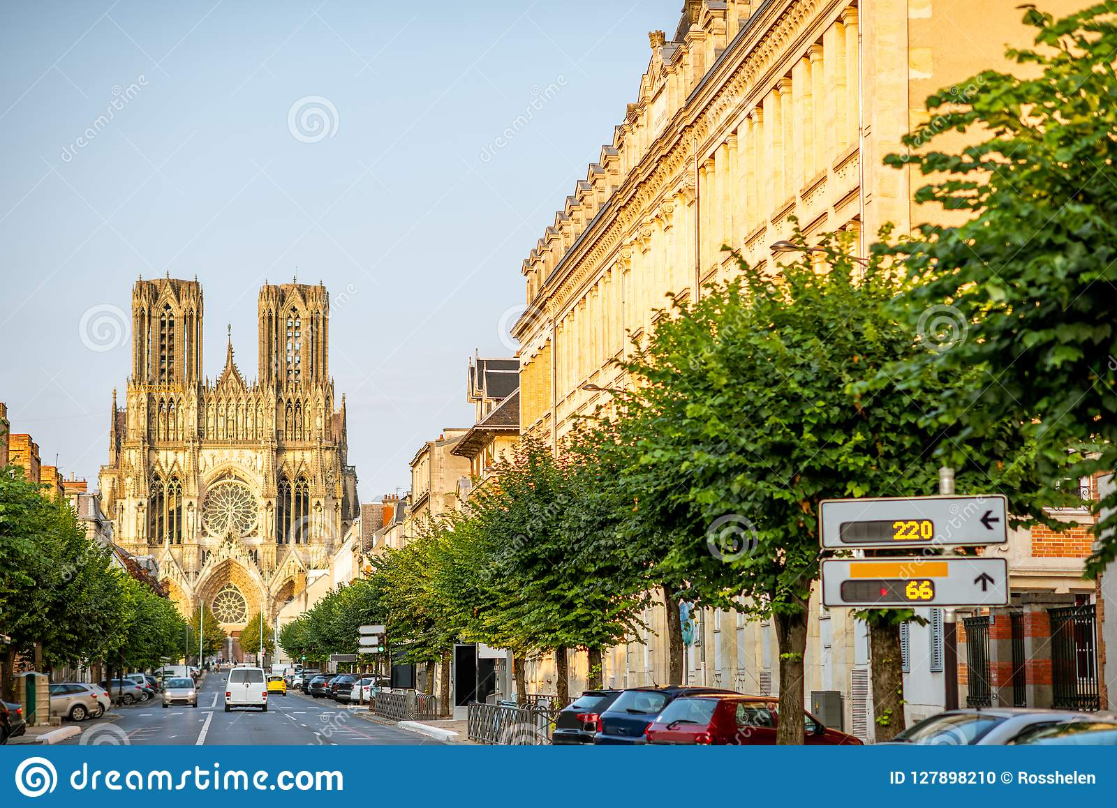 Gatasikt med domkyrkan i den Reims staden, Frankrike