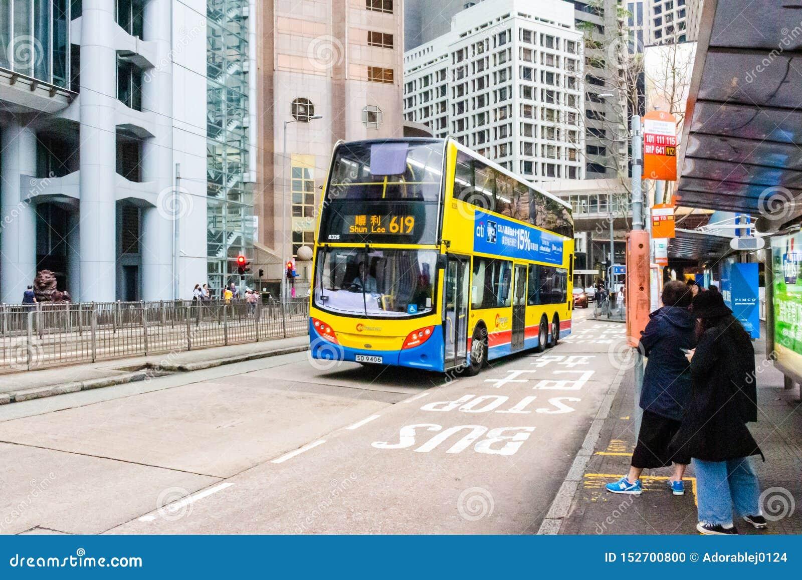 Gatasikt med trafik och byggnader i centralen, Hong Kong