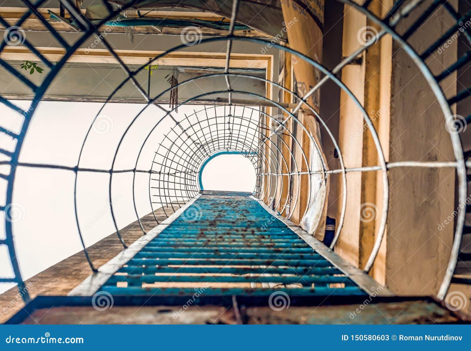 Gatatrappa till taket