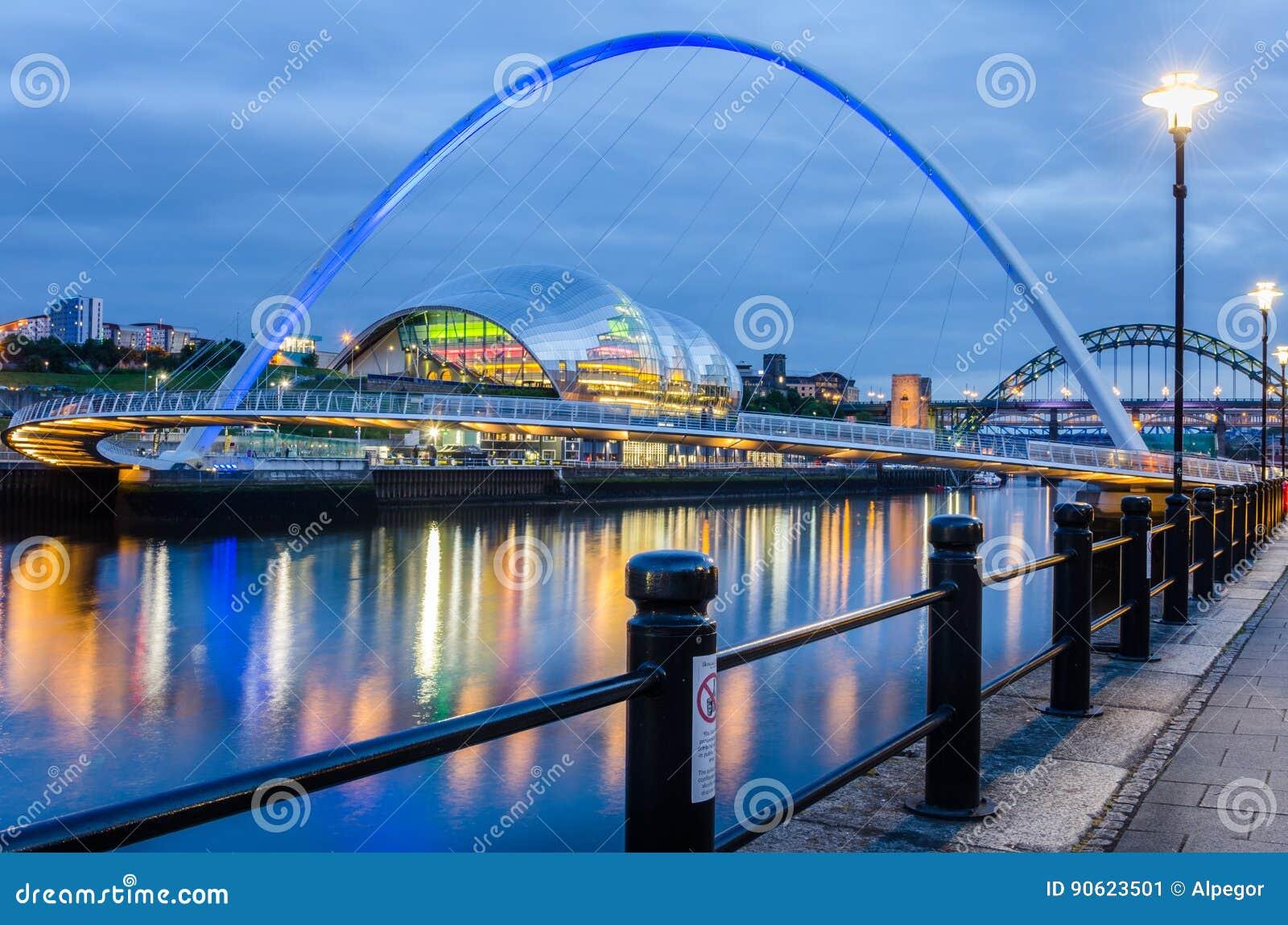 Gateshead milleniumbro över Riveret Tyne i Newcastle på skymning