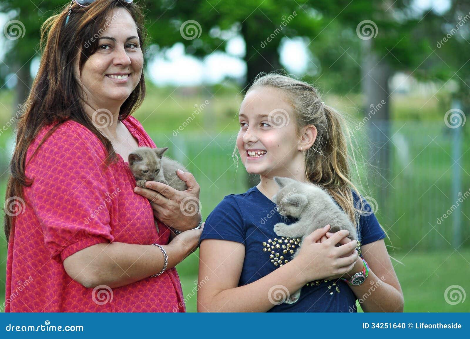 Gatitos emocionados del animal doméstico de la abrazo de la madre y del niño nuevos