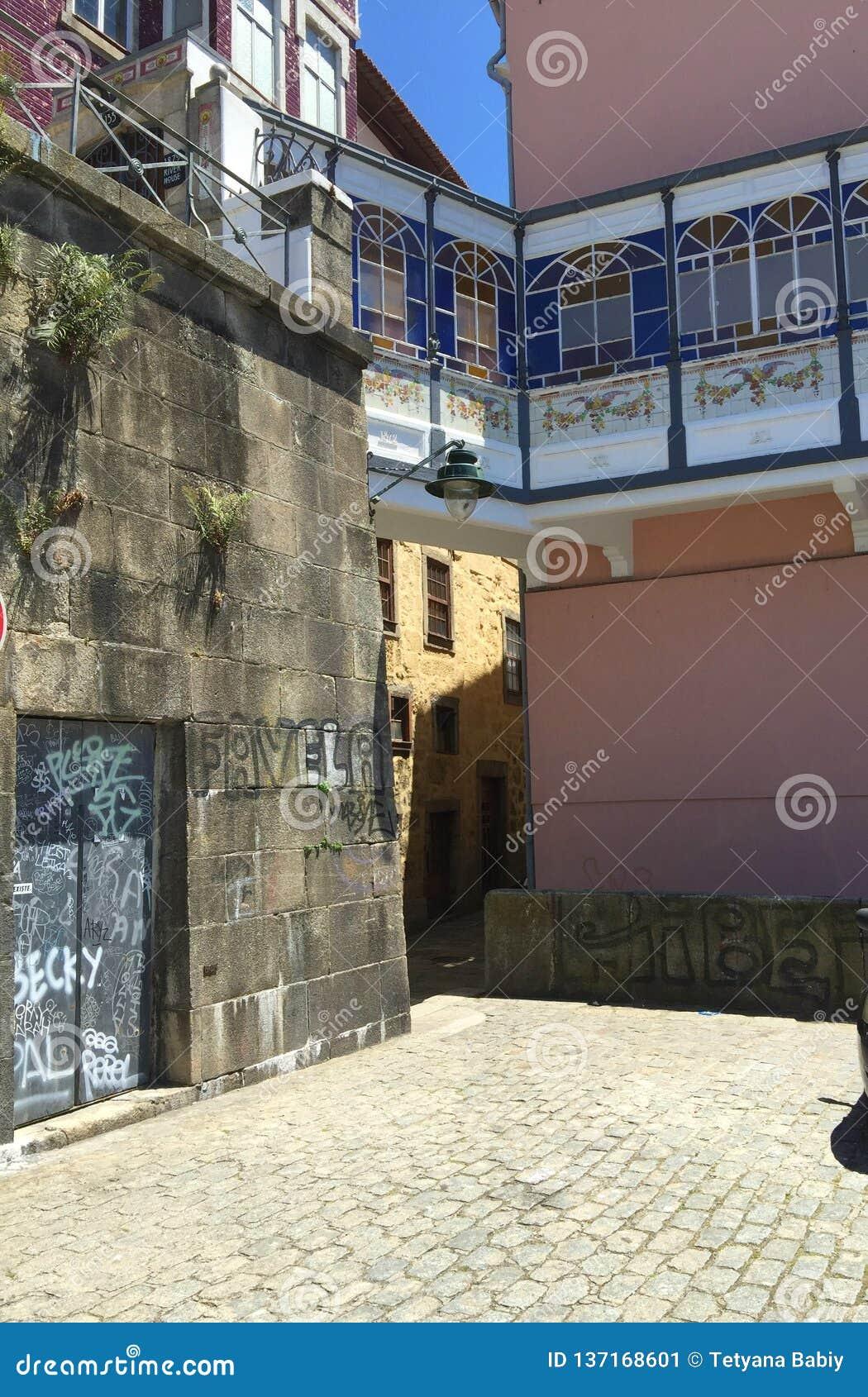 Gator av Porto Portugal i sommar