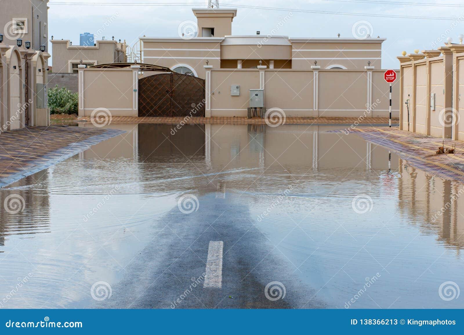 Gator som översvämmas i Förenadeen Arabemiraten efter ett häftigt regn