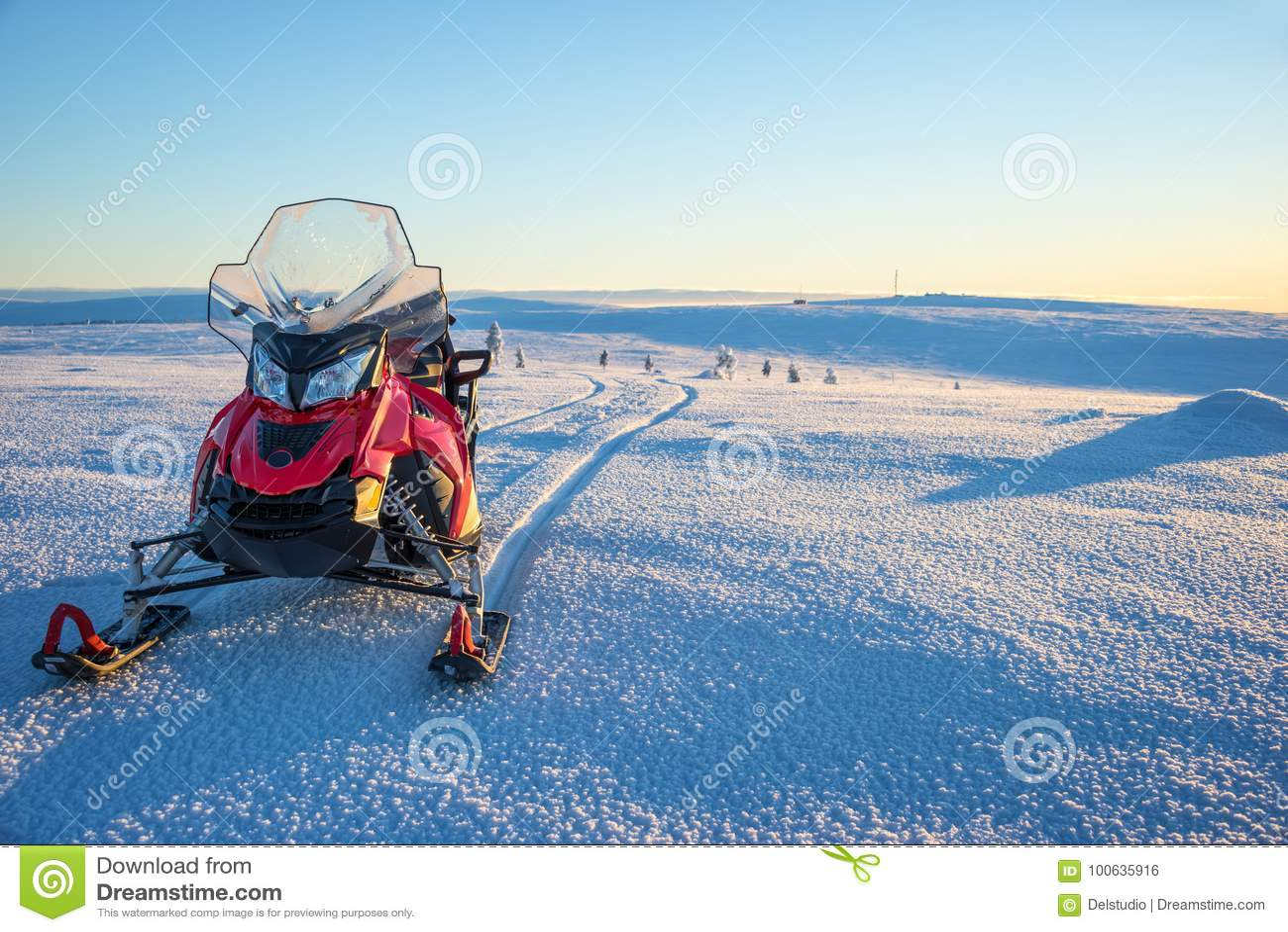 Gatto delle nevi in un paesaggio nevoso in Lapponia vicino a Saariselka, Finlandia