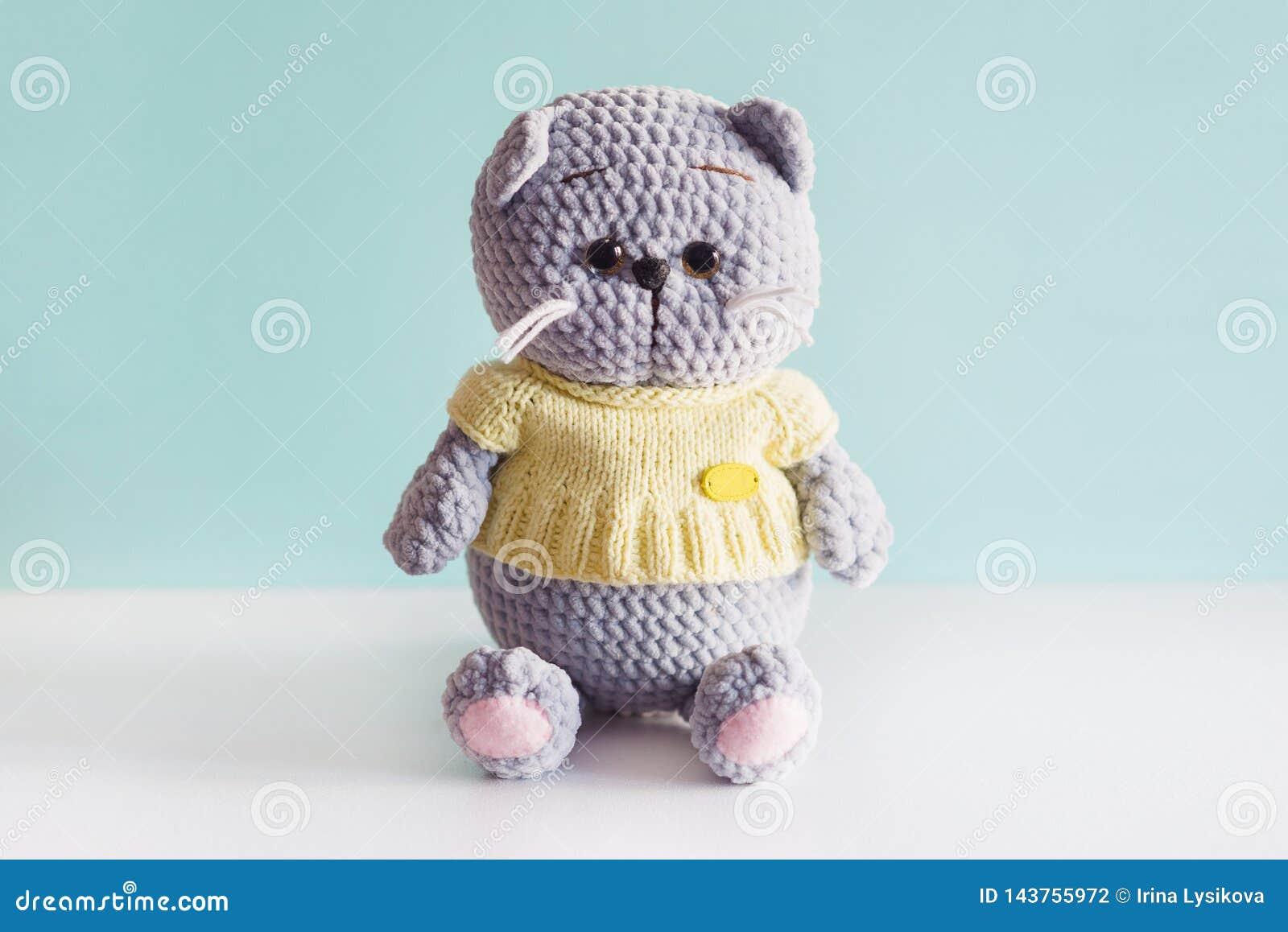 Gatto tricottato giocattolo molle Gatto grigio del popolare di britannici della peluche in uno t-breve giallo su fondo blu