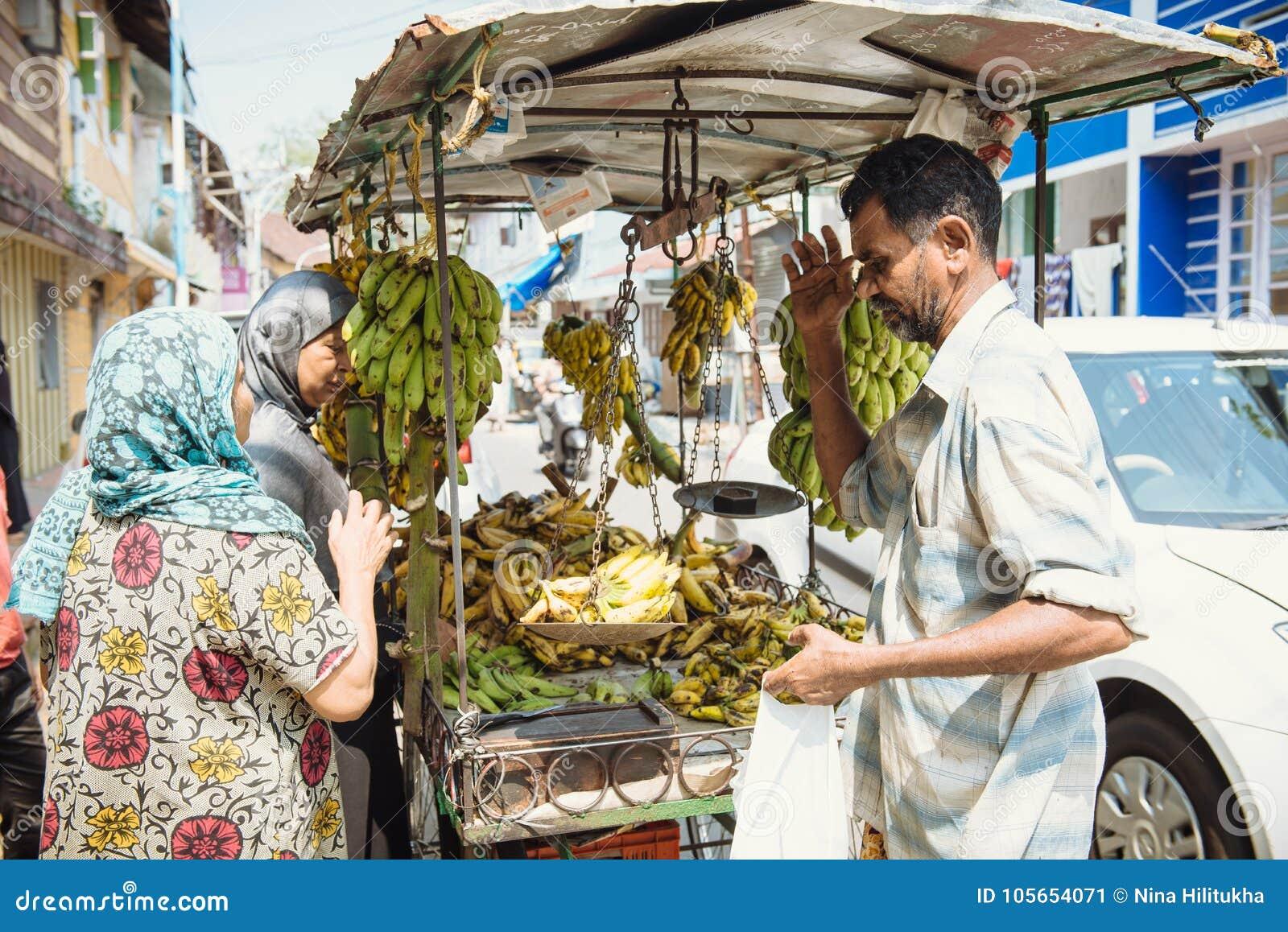 Gatuförsäljare som säljer bananer på gatorna i Kochi