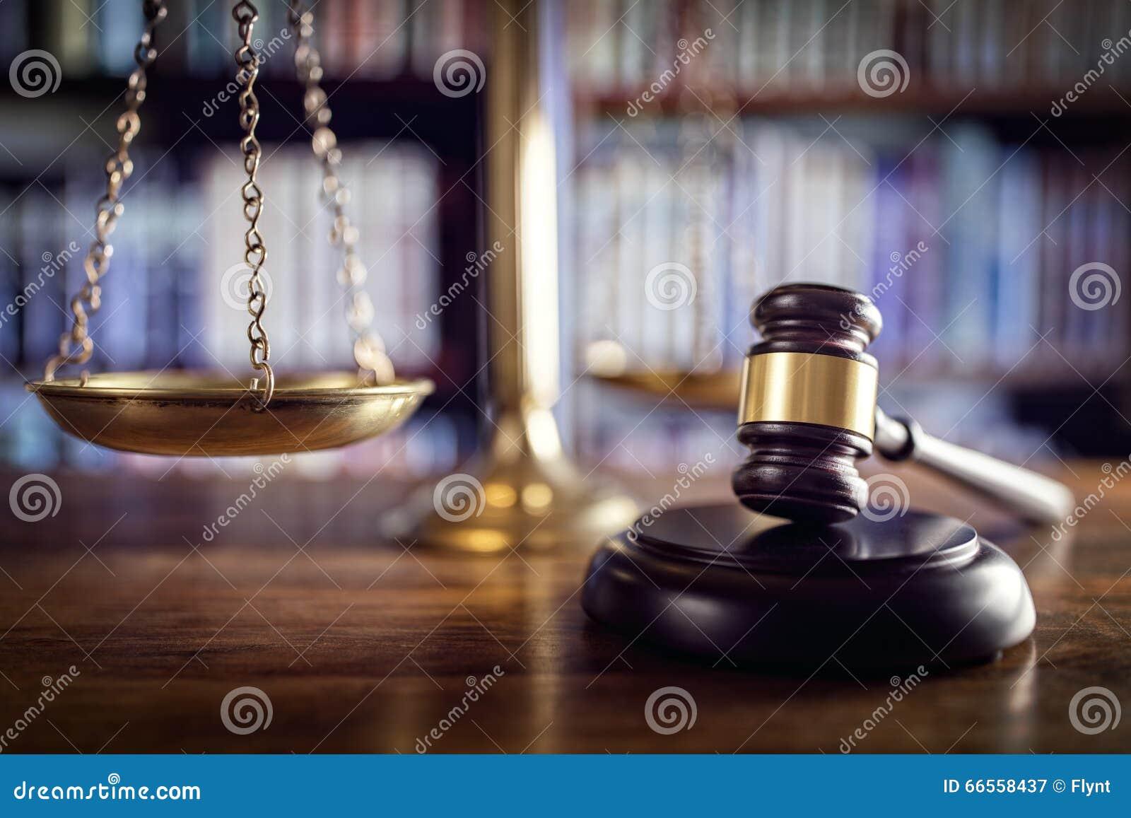 Gavel, échelles de justice et de livres de loi