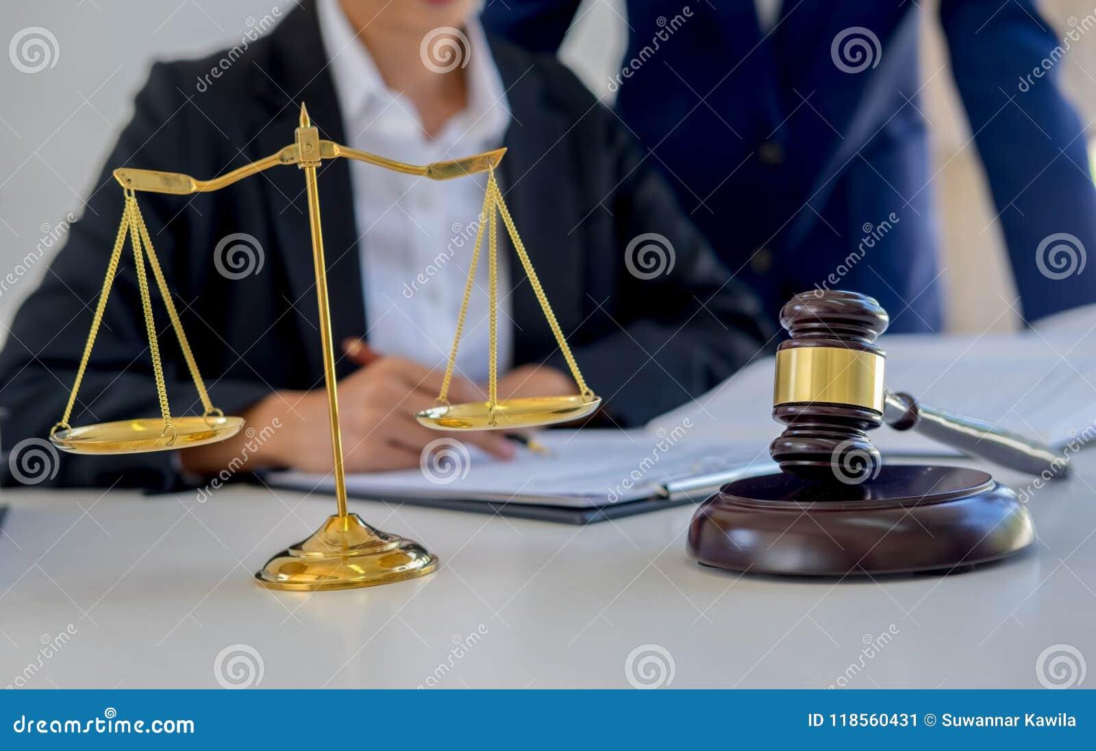 Gavel δικαστών με τους δικηγόρους δικαιοσύνης που διοργανώνουν τη συνεδρίαση των ομάδων στην εταιρία νόμου