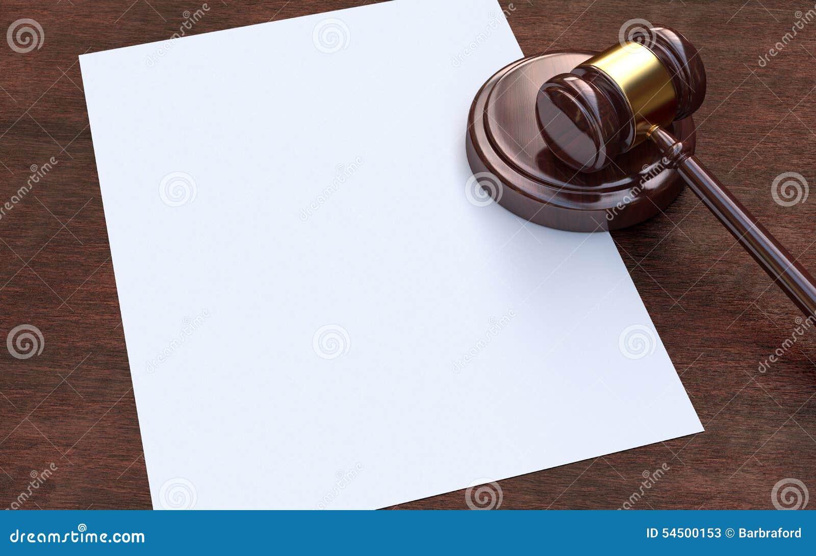 Gavel και έγγραφο δικαστών για το καφετί ξύλινο υπόβαθρο