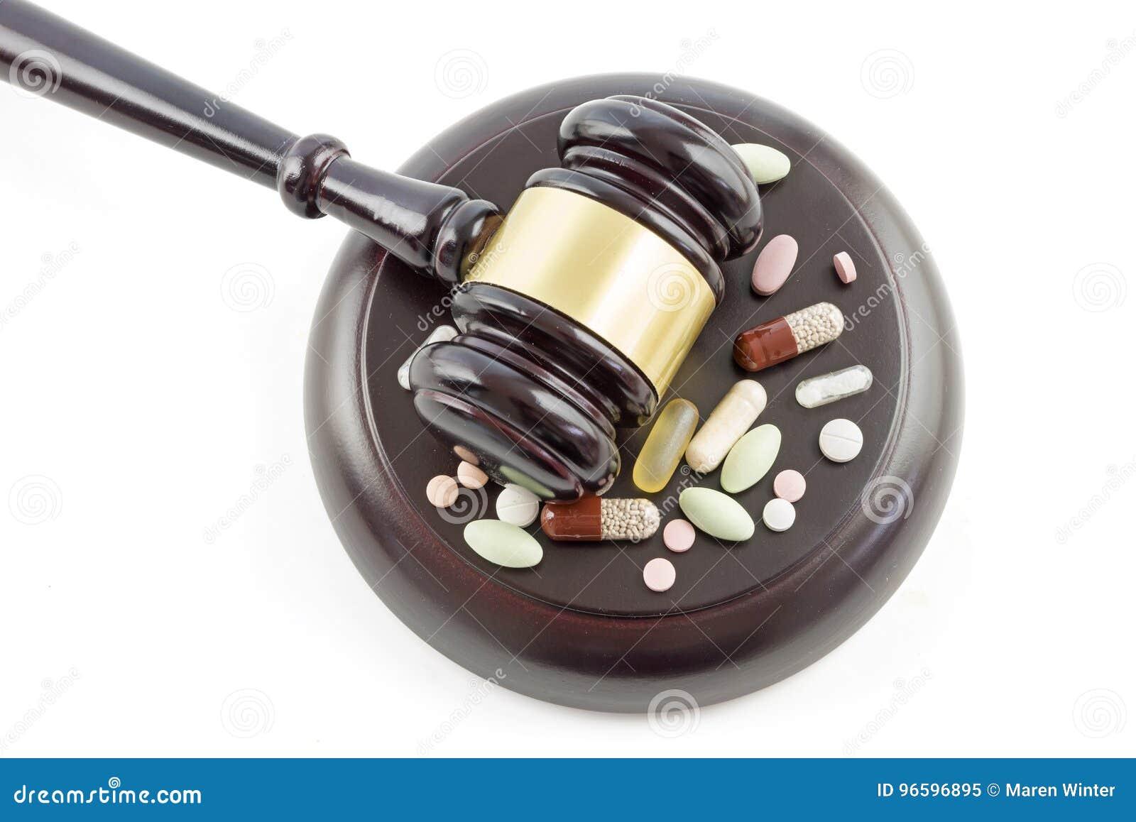 Gavel νόμου και τοπ άποψη φαρμάκων, ταμπλετών και χαπιών άνωθεν, isol