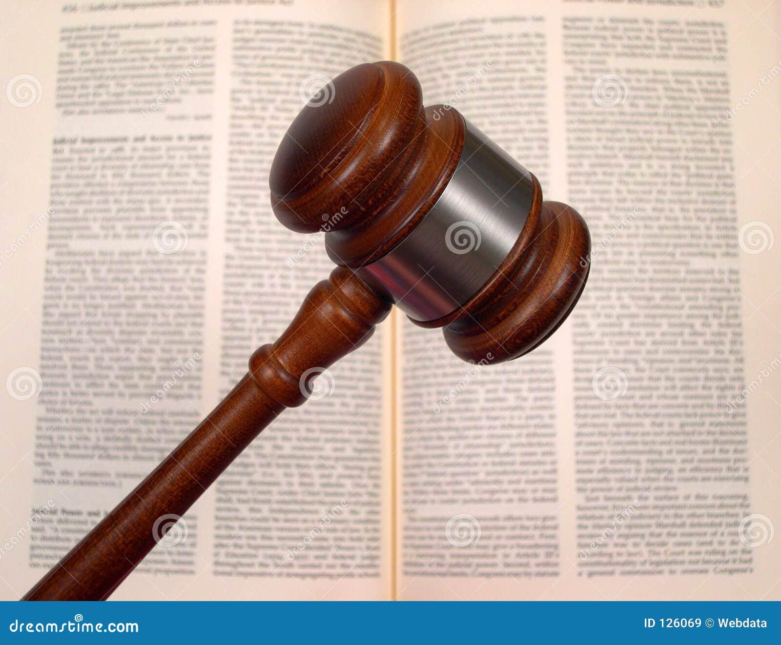 Gavel au-dessus de livre de loi