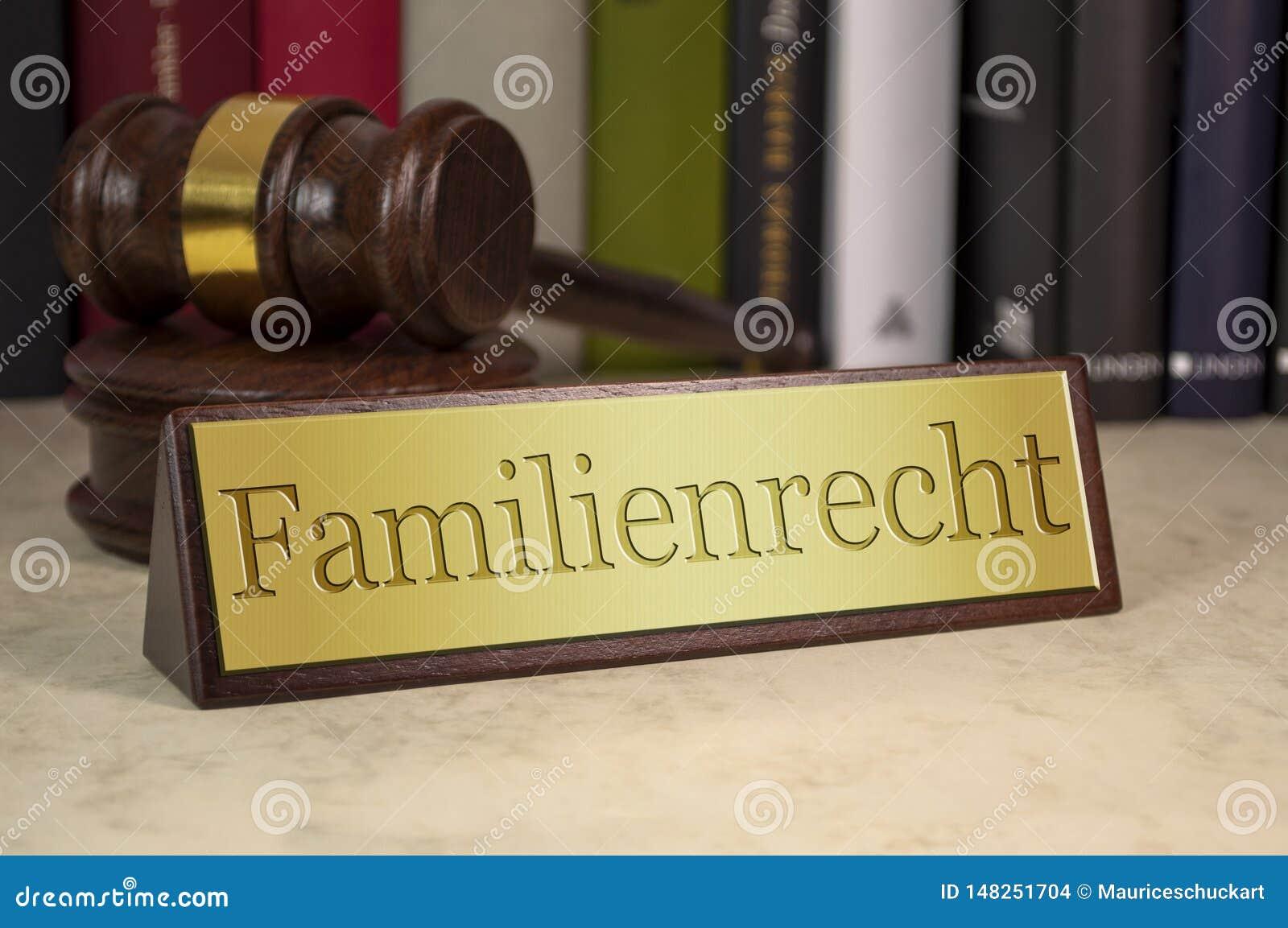 Gavel con il segno dorato e la parola tedesca per diritto di famiglia