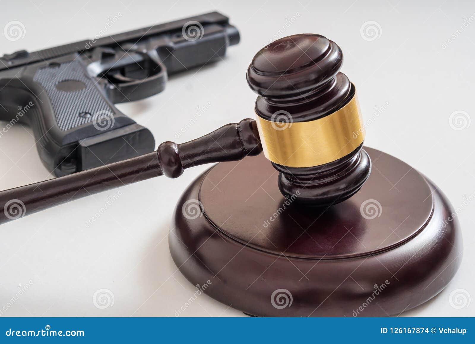 Gavel devant un pistolet Lois d arme à feu et concept de législation