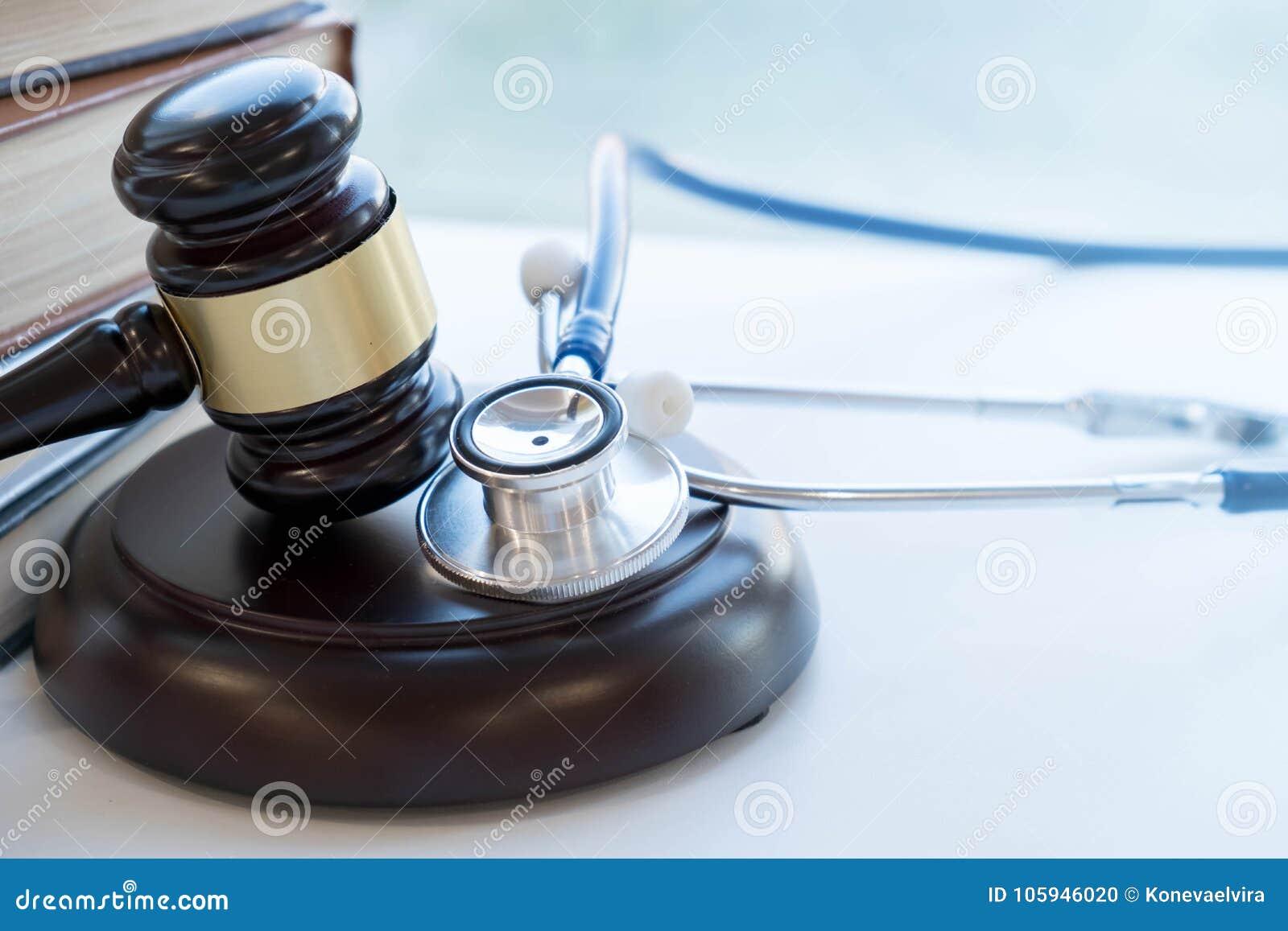 Gavel et stéthoscope jurisprudence médicale définition juridique de faute professionnelle médicale mandataire médecins communs d