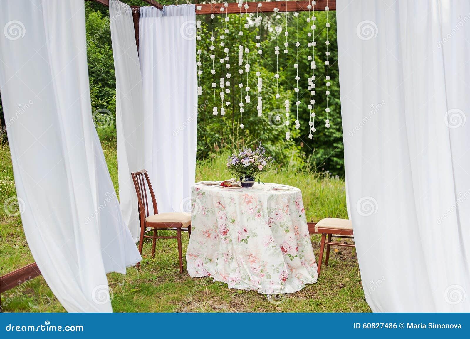 Gazebo al aire libre con las cortinas blancas decoraciones for Cortinas blancas