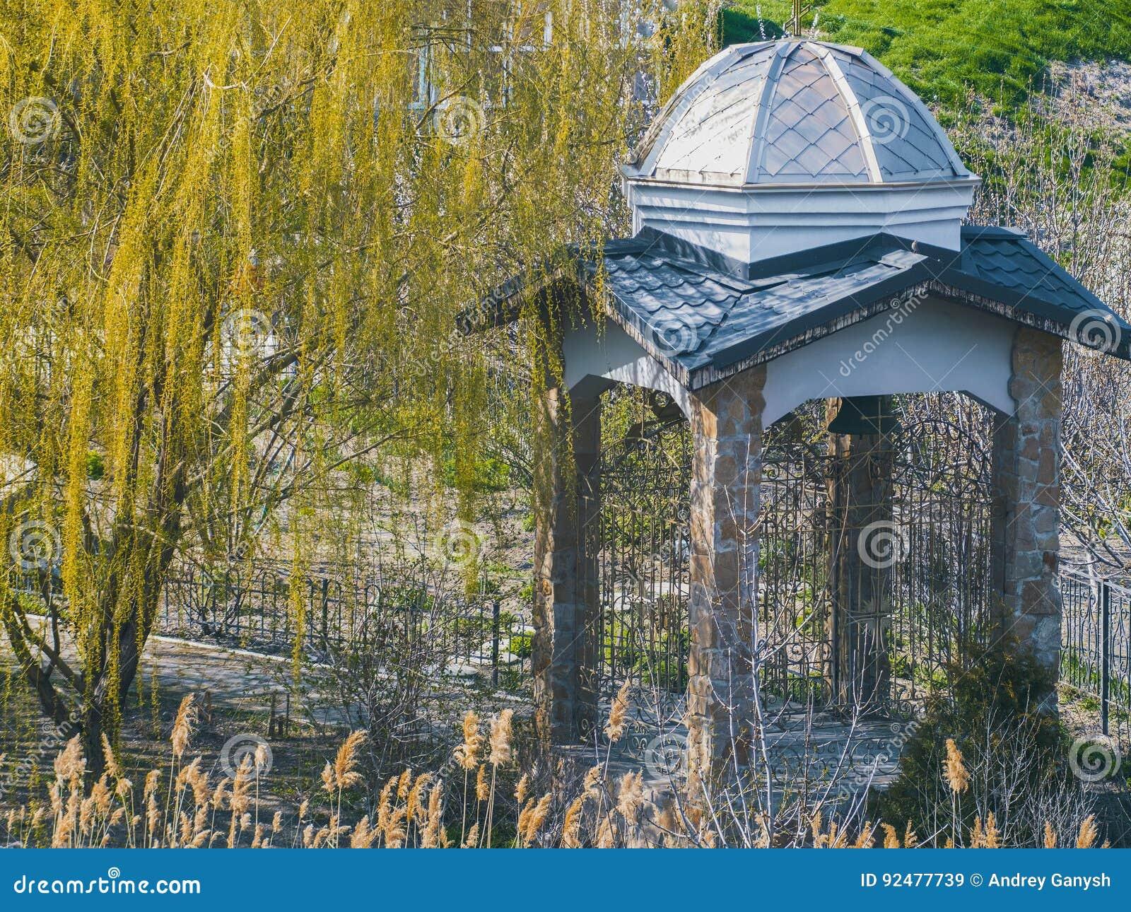 Gazebo antiguo hermoso en parque