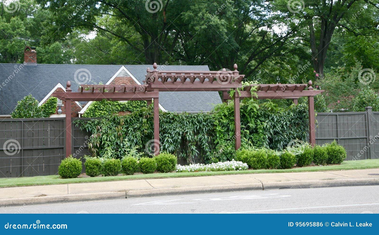 Foto Giardini Con Gazebo.Gazebo Del Giardino Con Le Piante Ed Il Fogliame Fotografia