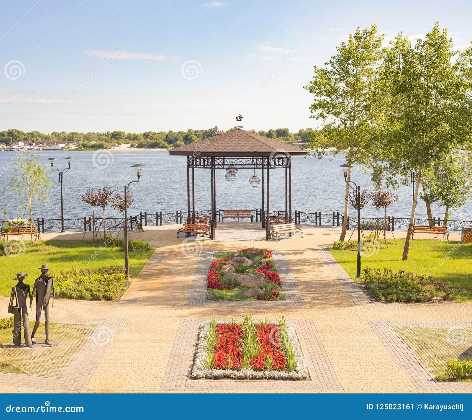 Gazebo mit Holzbanken, im Naltalka-Park von Kiew, Ukrain