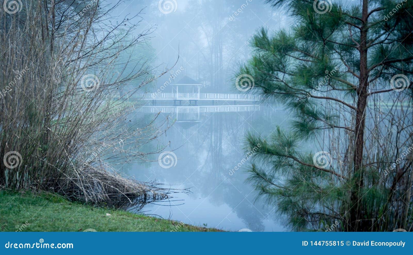 Gazebo na moście iść nad stawem
