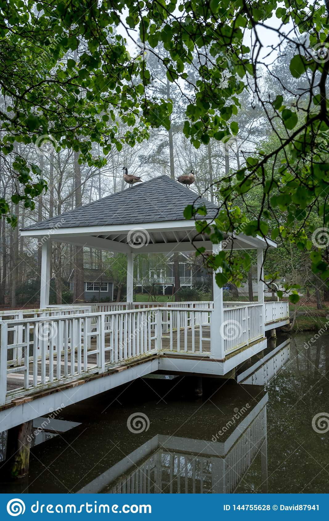 Gazebo sul ponte che supera lo stagno