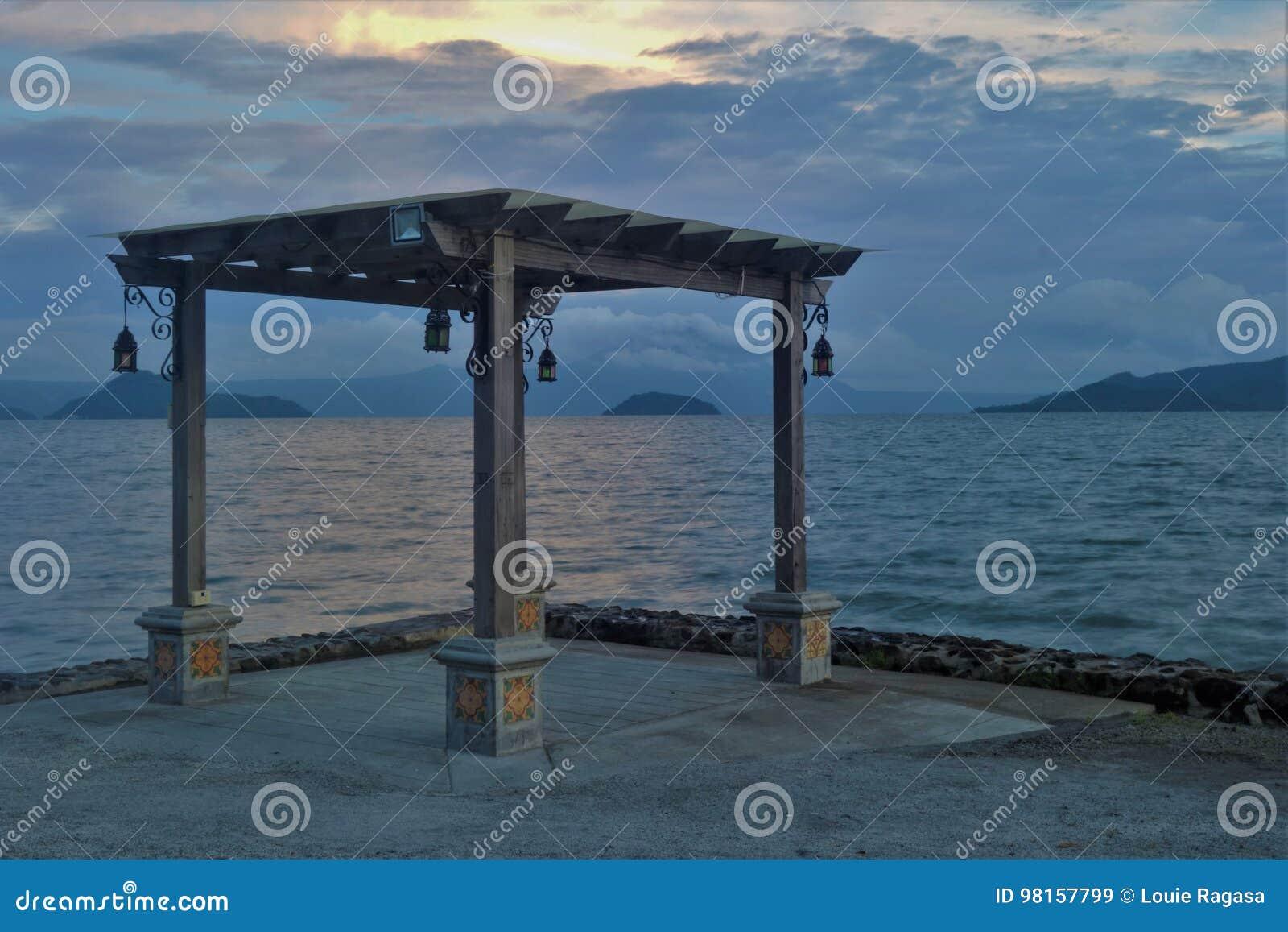 Gazebo vid Taal sjön på solnedgången