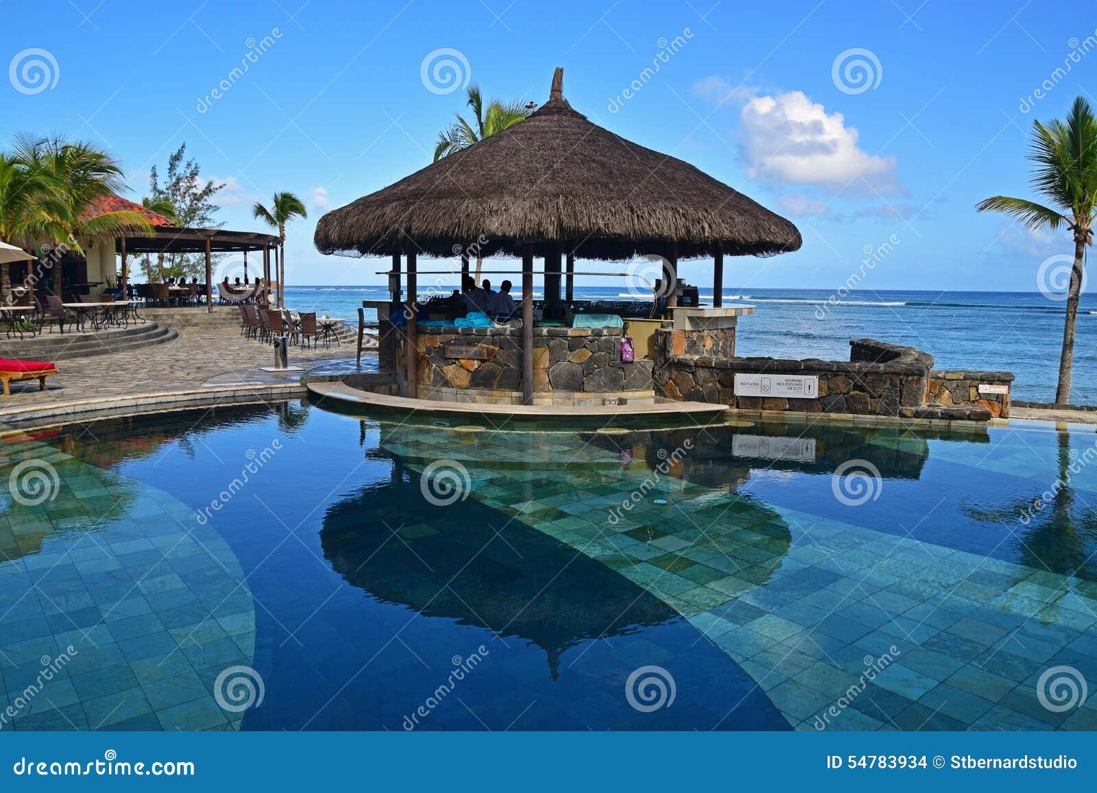 Gazebobar nahe bei einem Pool am tropischen Strand eines Hotelerholungsortes