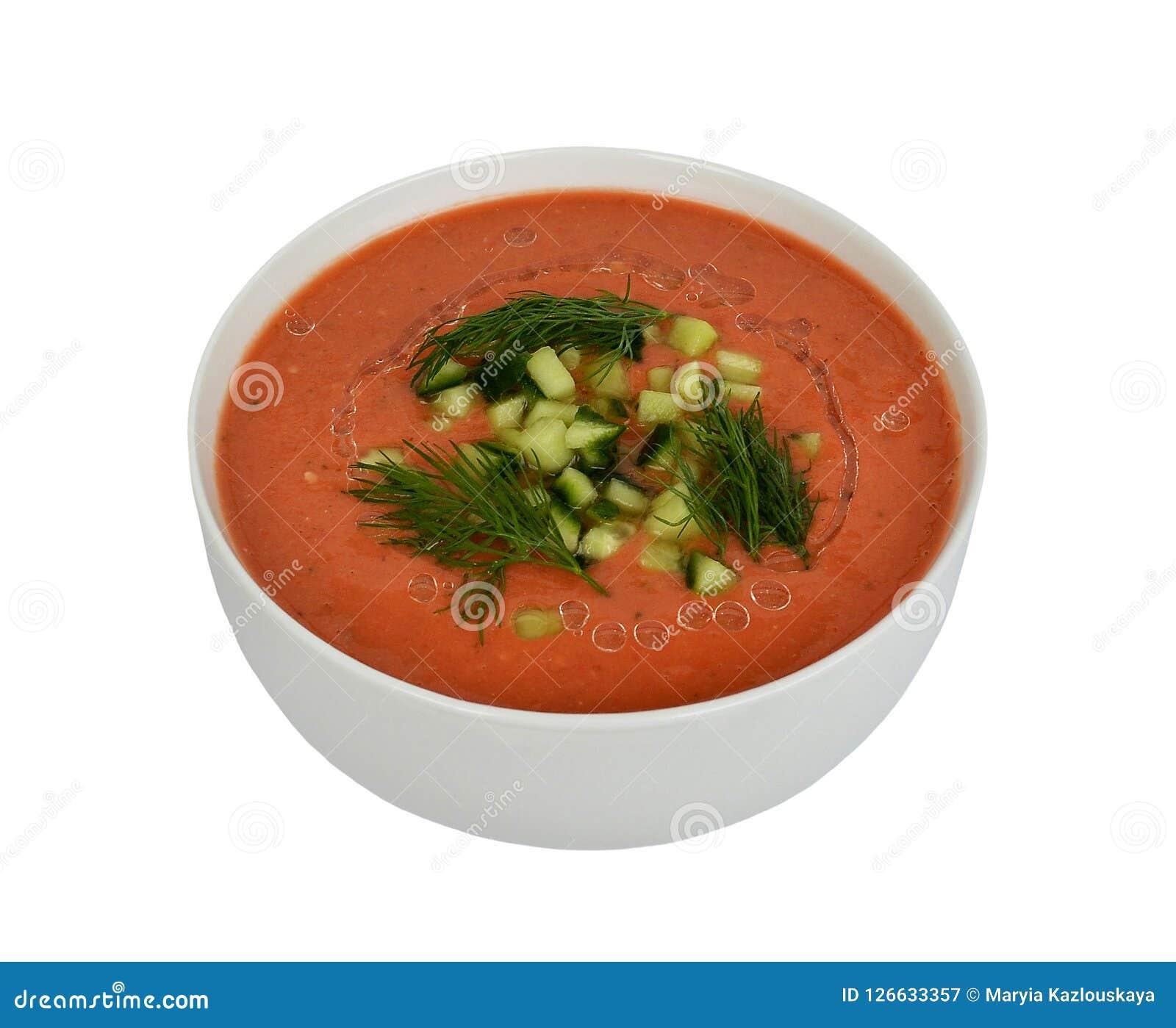 Gazpacho apetitoso polvilhado com os pepinos e o aneto desbastados em uma bacia branca, vista dianteira, isolada no fundo branco Fotografia de Stock Royalty Free