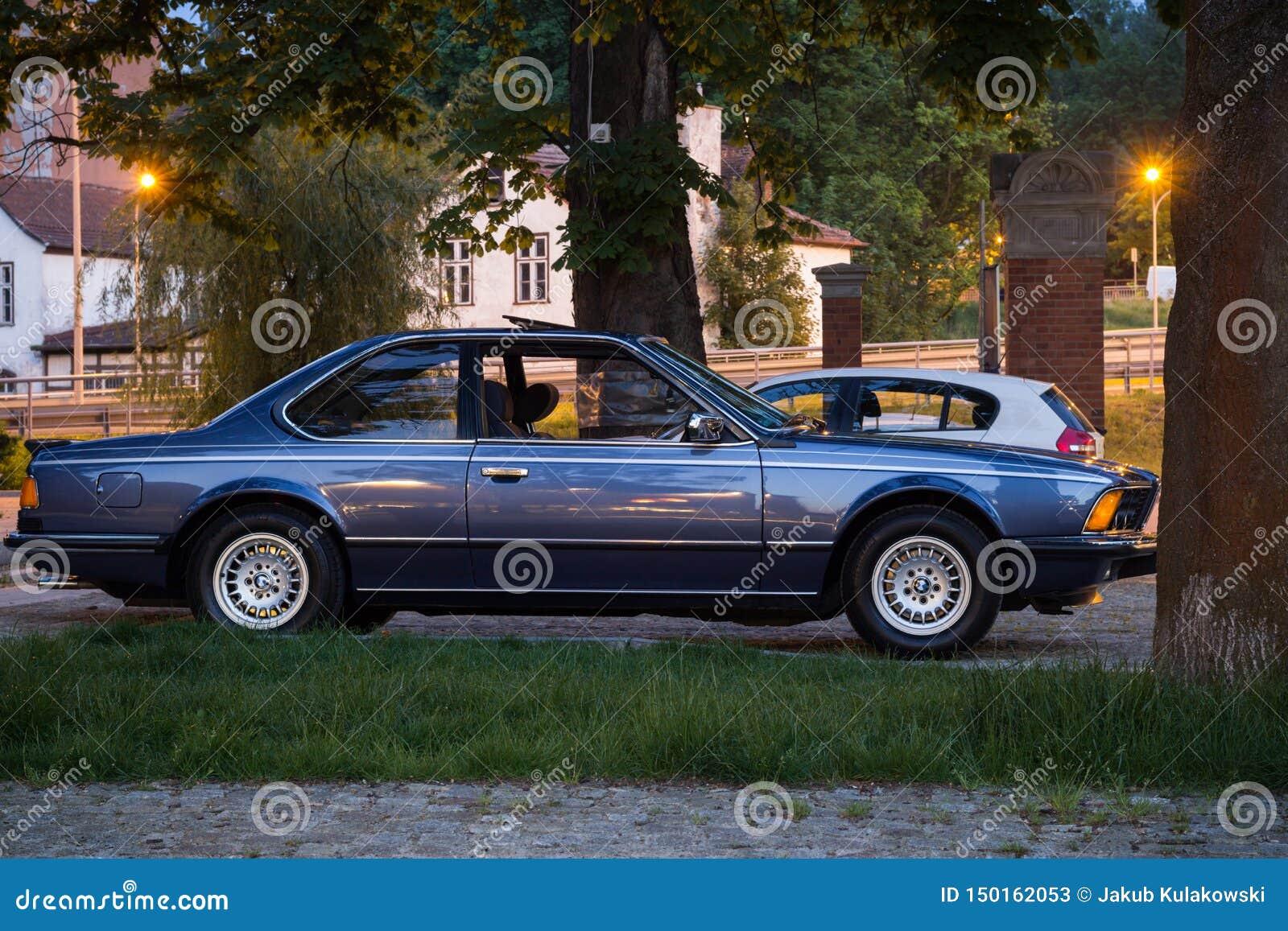 Gdański Wrzeszcz Polska, Czerwiec, - 6, 2019: błękitnego rocznika BMW samochodowa pozycja na parking