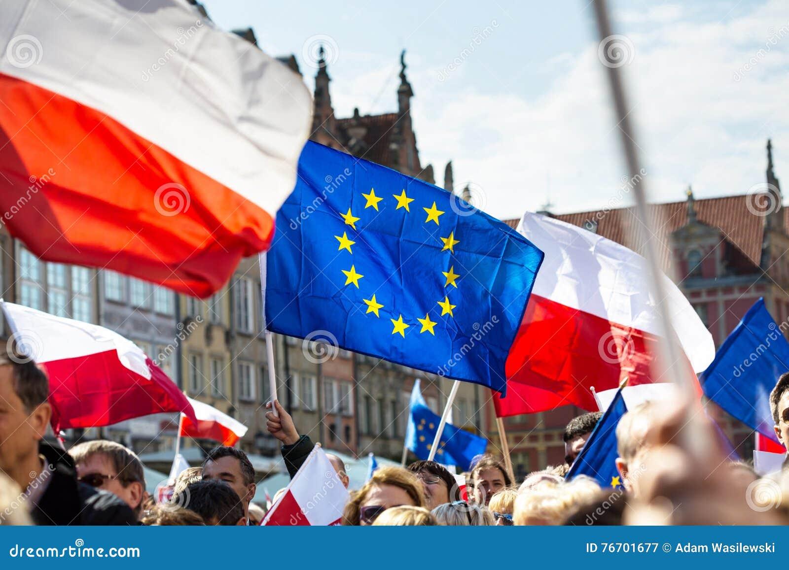 Gdansk Polen, 05 03 2016 - folk med flaggor av europeisk union