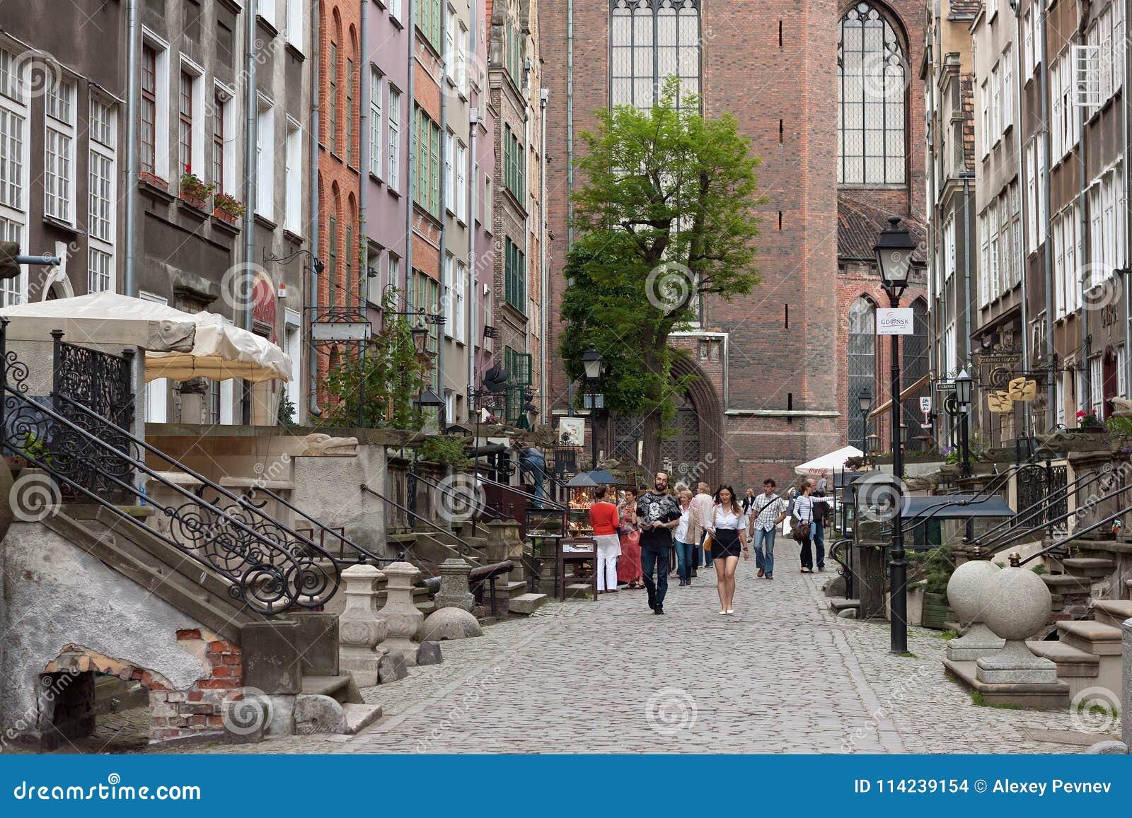 GDANSK, POLEN - 7. JUNI 2014: Unbekannte Leute, die auf die Mariacka-Straße im historischen Teil von Gdansk gehen