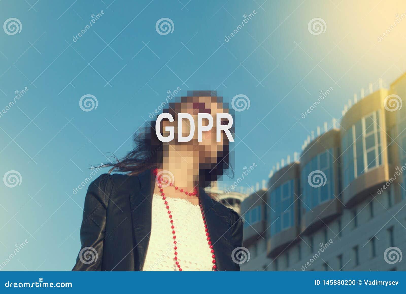 GDPR - kobieta chuje jej twarz z inskrypcj? GDPR