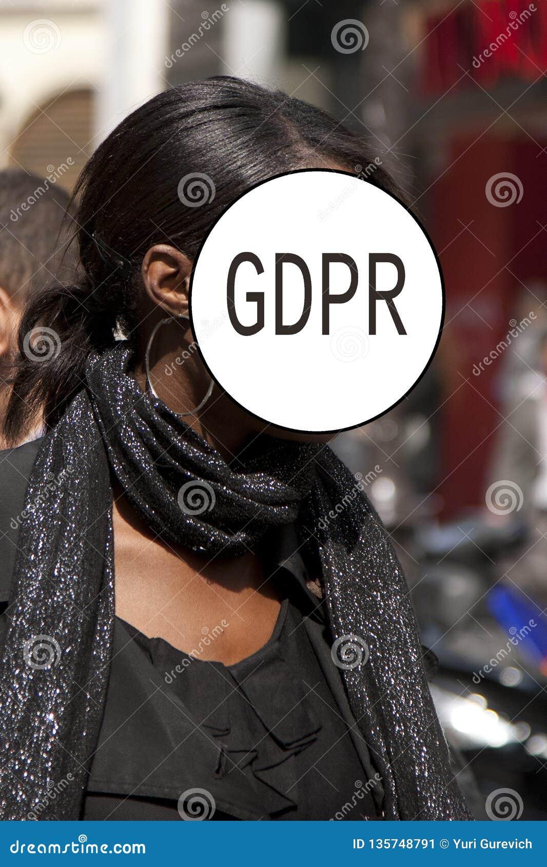 GDPR - Straßenporträt eines eleganten Mädchens, Gesicht wird durch die Schutz-Regelung Aufschrift General-Daten versteckt Abstrak